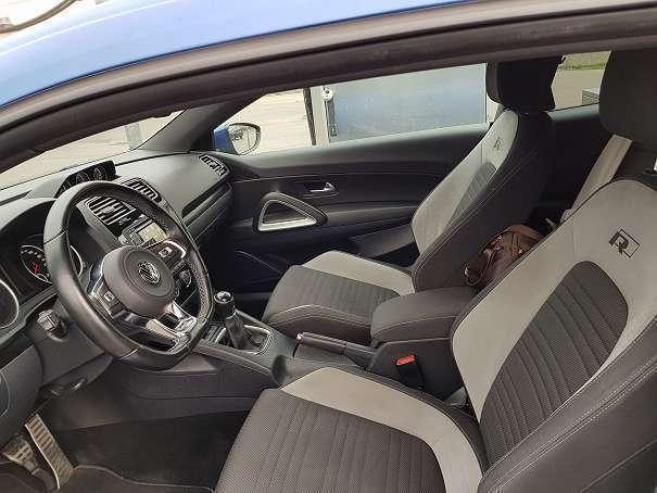 https://images.autouncle.com/at/car_images/4715f450-b45a-4dd3-b2d2-4d740fef7d67_vw-scirocco-sport-bmt-tsi-r-line-interieur-und-exterieur-sportwagen-coupe.jpg