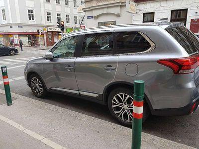 gebraucht Mitsubishi Outlander 2,2 DI-D 4WD At Instyle Connect + Leder schwarz SUV / Geländewagen