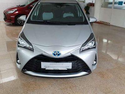 gebraucht Toyota Yaris 1,5 VVT-i Hybrid Active + Design + Navi + Sensoren