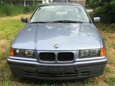 gebraucht BMW 318 3er E36 i Limousine in hellblau Youngtimer