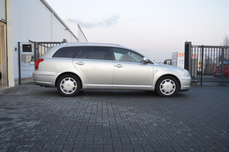 verkauft toyota avensis kombi 2 0 d 4d gebraucht 2004 km in holzwickede. Black Bedroom Furniture Sets. Home Design Ideas