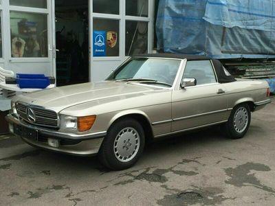 gebraucht Mercedes 560 SL in eleganter Farbkombination
