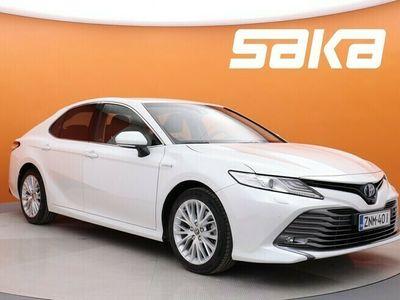 käytetty Toyota Camry 2,5 Hybrid Style ** 1-om. Suomi-auto / Tehdastakuu / Helmiäisvalkoinen / Nahkasisusta / Navi / P-kamera / ACC **