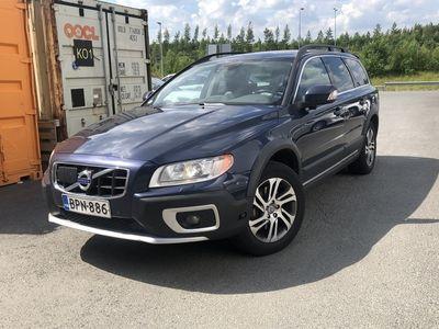 käytetty Volvo XC70 D5 AWD Summum aut ** Webasto / Adapt. vakkari / BLIS / Muistipenkki / Navi / Koukku / Näytöt takaistuimille **