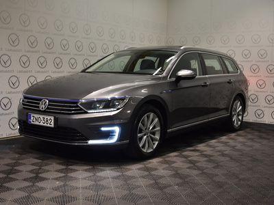 käytetty VW Passat Variant GTE Plug-In Hybrid 160 kW (218 hv) DSG-automaatti - Korko 1,89%, Jopa ilman käsirahaa! Adap.Vakkari / LED / Kamera / Lasikatto / Koukku / Nahka-Alcantara!