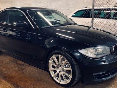 """käytetty BMW 123 Coupé D E82 256hv/470Nm! Suomi! Hyvin huollettu! Sporttipenkit! 18""""Alut! Xenon! M Alusta! Ym. *Jopa ilman käsirahaa!*"""