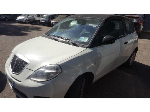 https://images.autouncle.com/it/car_images/09b97453-2e50-42a8-9476-79970f54e90c_lancia-ypsilon-1-3-mjt-75-cv-momodesign-bianca-tetto-nero.jpg