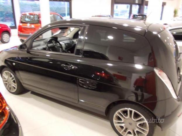 https://images.autouncle.com/it/car_images/637e81b4-7c7c-4433-84a8-a556750ff758_lancia-ypsilon-1-3-mjt-105-cv-sport-momodesign.jpg