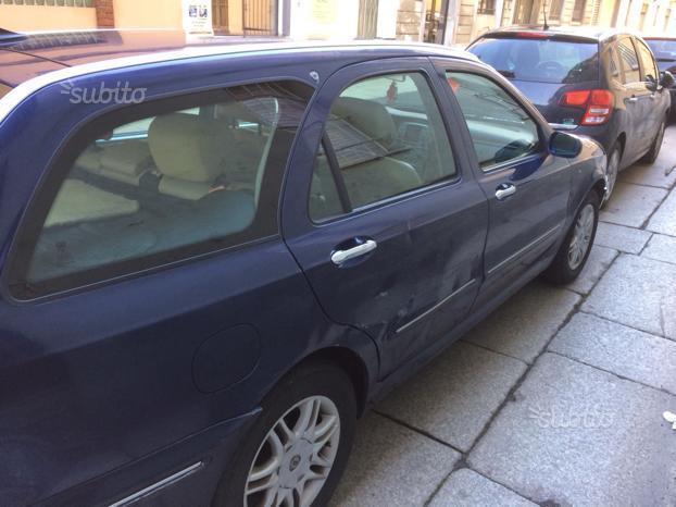 https://images.autouncle.com/it/car_images/8c275568-24ce-4f7a-a066-abba5f08d67a_lancia-lybra-2-4-jtd-150-cv-cat-station-wagon-executive.jpg