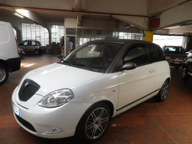 https://images.autouncle.com/it/car_images/933b2c09-f540-4782-8d66-87b426d12647_lancia-ypsilon-1-3-mjt-105-cv-sport-momodesign.jpg
