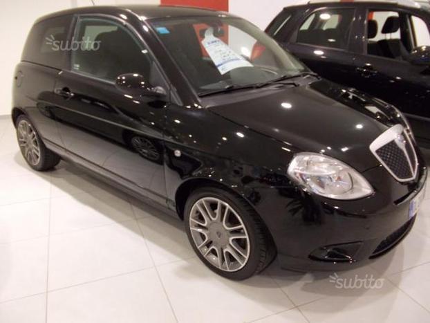 https://images.autouncle.com/it/car_images/9b57f731-d260-4dcf-bf96-a7bb6cbe061d_lancia-ypsilon-1-3-mjt-105-cv-sport-momodesign.jpg