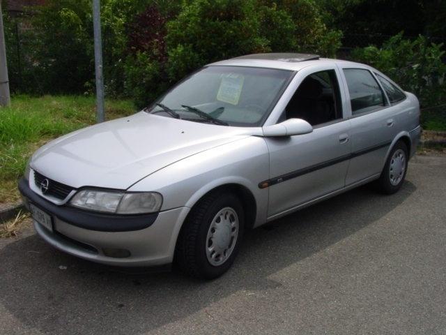 usata Opel Vectra -- 1.8i 16V cat 4 porte CD - 03-1996