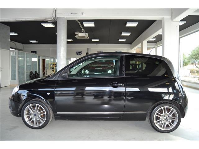 https://images.autouncle.com/it/car_images/b43a1d65-2643-46c8-96d2-ad2c2c9be446_lancia-ypsilon-momo-design-bicolor-cerchi-tetto-panor-automatica.jpg