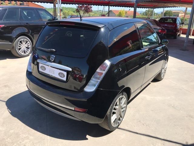 https://images.autouncle.com/it/car_images/cd587eba-1bc3-4e69-ae95-945c4eafce3e_lancia-ypsilon-1-3-mjt-105-cv-sport-momodesign.jpg