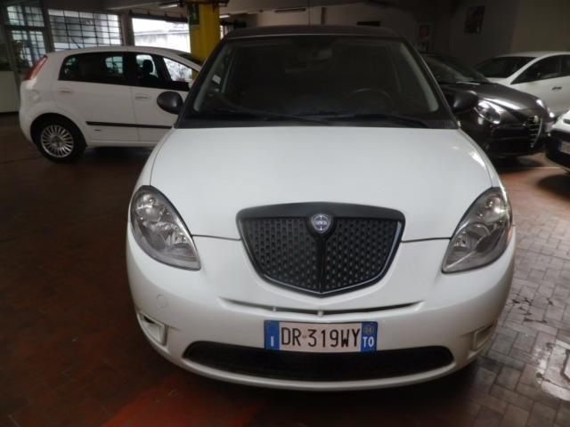 https://images.autouncle.com/it/car_images/d113ecdd-9526-4602-80c0-115992222f8b_lancia-ypsilon-1-3-mjt-105-cv-sport-momodesign.jpg