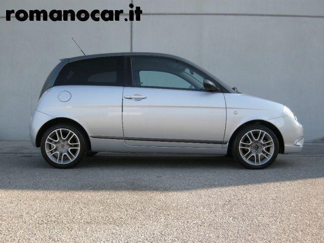 https://images.autouncle.com/it/car_images/fba7e988-1e4d-4d1e-8295-50f42da0029f_lancia-ypsilon-1-3-mjt-105-cv-sport-momodesign-unipro.jpg