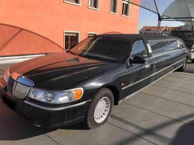 second-hand Ford Lincoln town car nero 2001