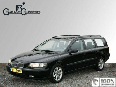tweedehands Volvo V70 2.4 Comfort Line Automaat | Trekhaak | Navigatie (verouderd) | Telefoon | sinds 2005 service door Gijsberts | Camera achter |