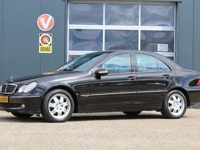 tweedehands Mercedes C270 CDI Elegance 5-Cilinder! (170pk) Navi/ Clima/ Cruise/ Elek. pakket/ Multi. Stuur/ Armsteun/ 6-Bak/ Chroom/ 16'' LMV/ Mistl./ Trekhaak.