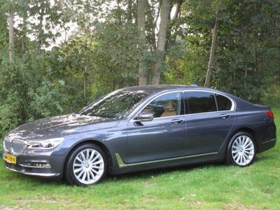 """tweedehands BMW 730 7-SERIE d AUTOMAAT, 12.000KM!!! LUCHTVERING, NAVIGATIE, HEAD-UP DISPLAY, LEER, STOELVERWARMING, MEMORYSTOELEN, PARKEERHULP, ACHTERUITRIJCAMERA, SOFTCLOSE, SKILUIK, CHROOMPAKKET, XENON, ELEC. ACHTERKLEP, 19""""L/M-VELGEN, ENZ. ENZ."""