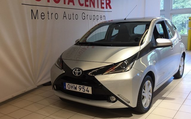 s ld toyota aygo x play touch 2016 begagnad 2016 300. Black Bedroom Furniture Sets. Home Design Ideas