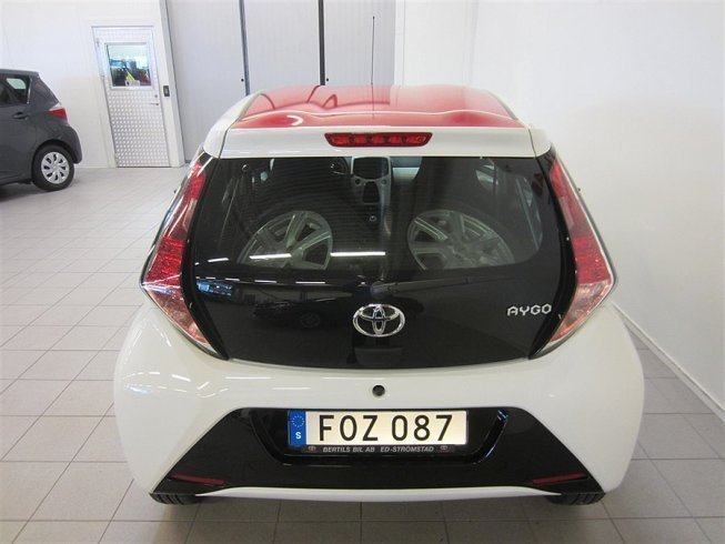 s ld toyota aygo 1 0 x play touch begagnad 2015 836 mil. Black Bedroom Furniture Sets. Home Design Ideas