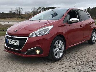 begagnad Peugeot 104 208 STYLE 1,2 PT 82. Panoramaglastak 2017, Halvkombi500 kr