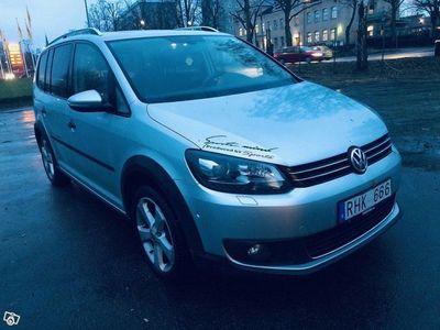 begagnad VW Touran Cross 2.0 TDI DSG Sekventiell Travel 7-sits 140hk