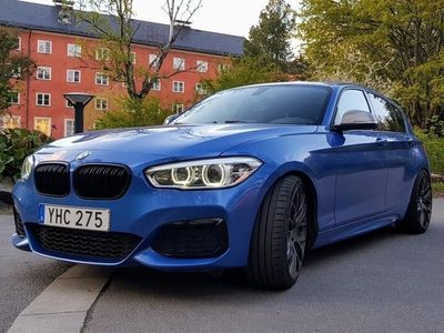 """begagnad BMW M135 i LCI / MANUELL / 19"""" / SÄNKT"""